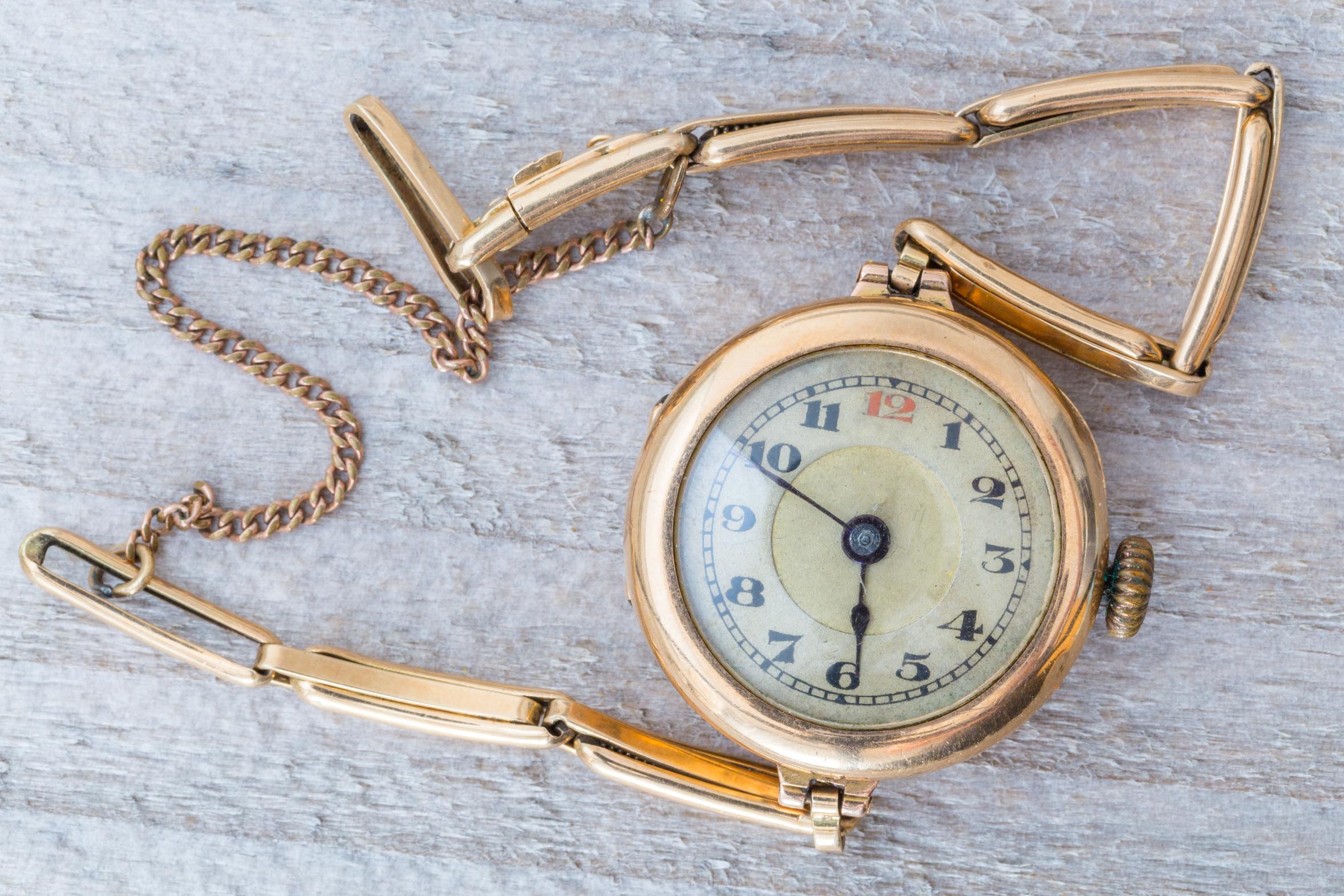 Goldene Uhr auf Holz Macro.